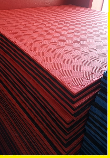 Red and black reversible safety mats in 1 meter square 20 mm with diamond pattern